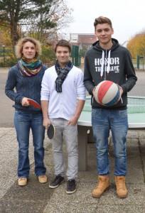 Sportfachleiterin Frau redders mit den neuen Schulsportassistenten Florian und Julian