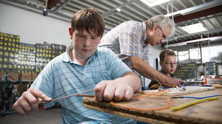 Hilfestellung für die Jungs der Wallenhorster Alexanderschule gibt es von EST-Mitarbeiter Axel Büscher. Foto: Michael Gründel